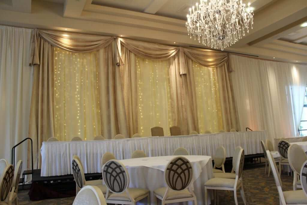 Custom-Built-Fairy-Light-Backdrop-Ivory-&-Gold-Mullingar-Park-Hote-min